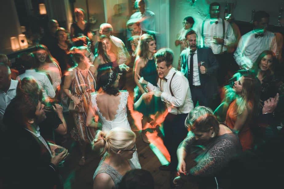 Tanzende Gäste im Schloss Blankensee