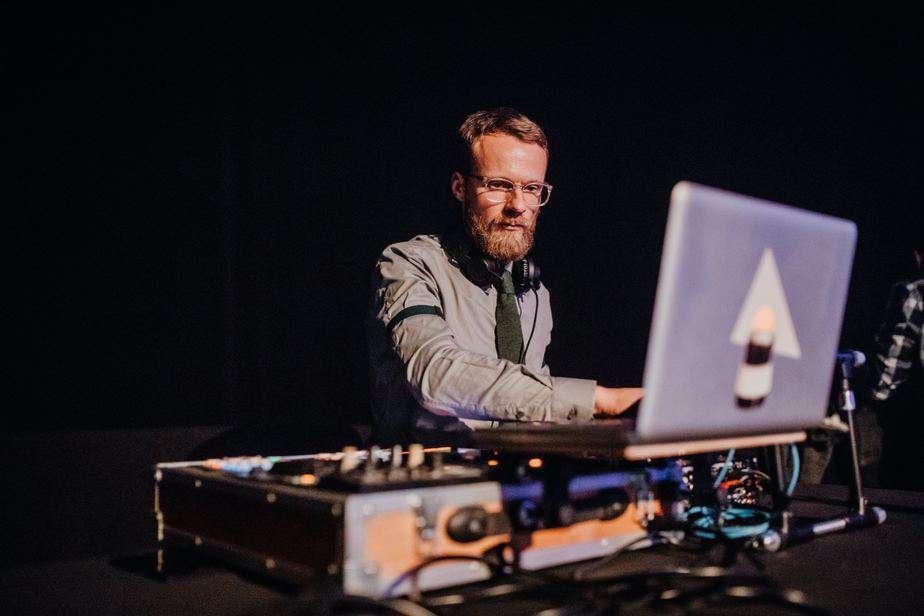 Event DJ Berlin Greg Oorange 2018 konzentriert im Kesselhaus