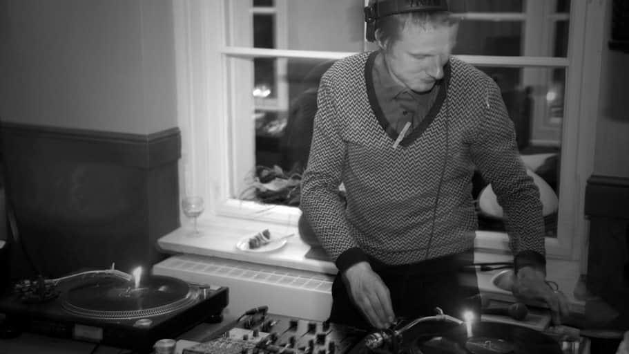 DJ Greg Oorange legt mit Plattenspielern auf