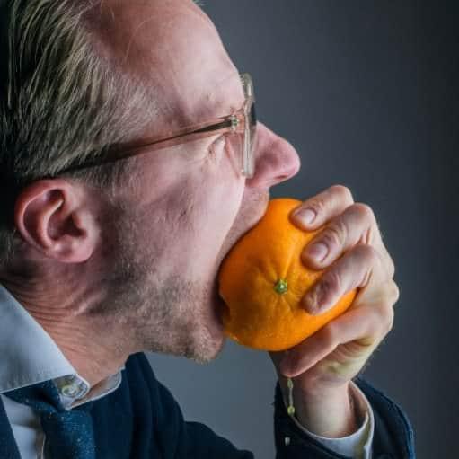DJ Greg Oorange beißt in eine Orange