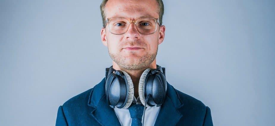 DJ Greg Oorange mit Kopfhörern