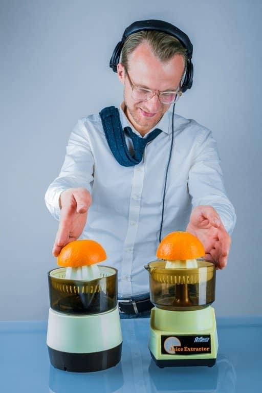 DJ Greg Oorange mit Kravatte