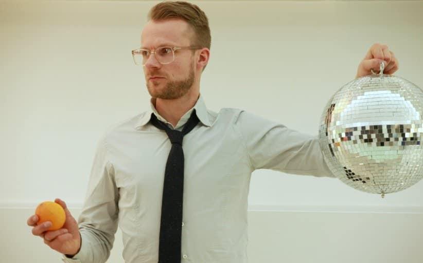 DJ Greg Oorange mit Spiegelkugel