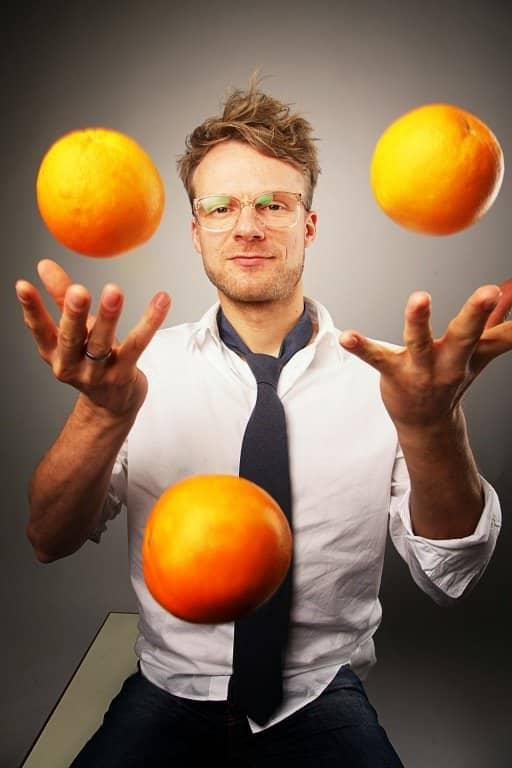 DJ Greg Oorange jongliert Orangen
