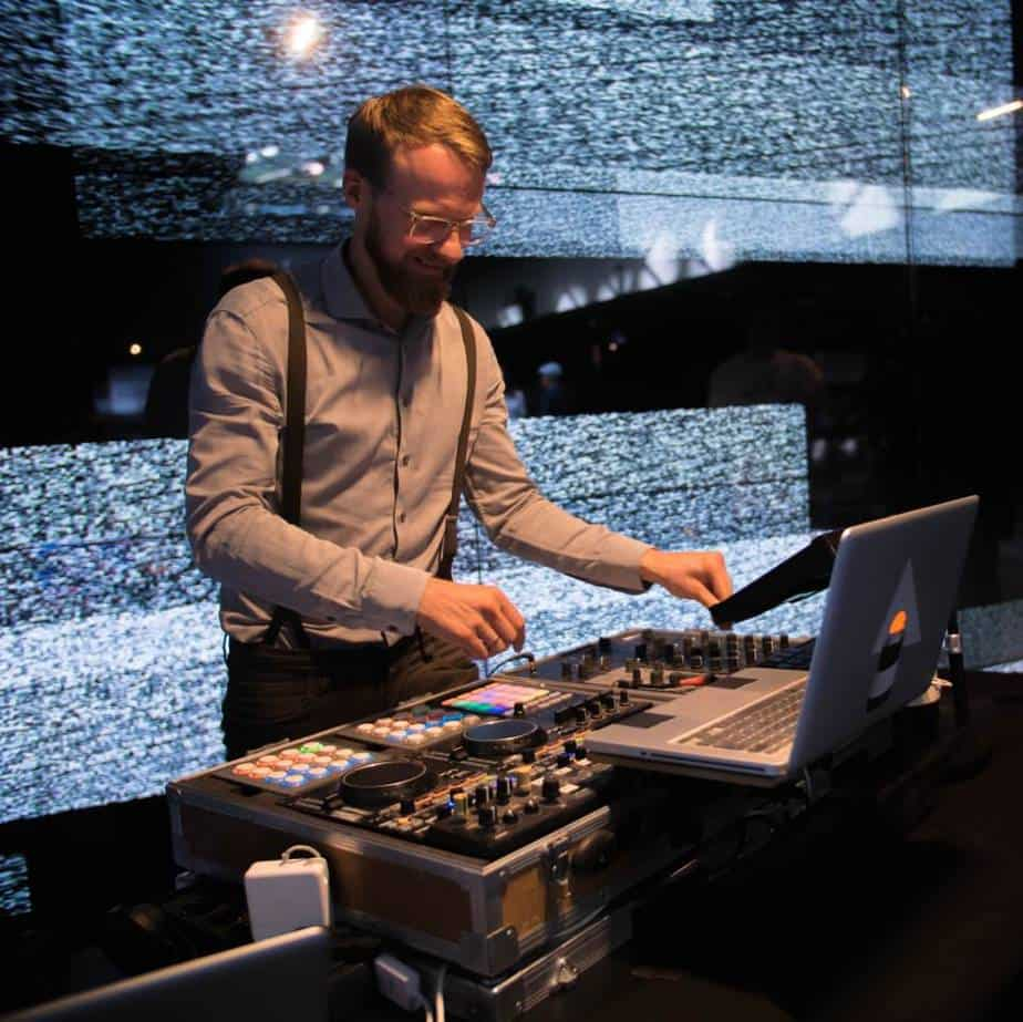 Event DJ Greg Oorange baut visuelle Projektionen in seien DJ Sets ein
