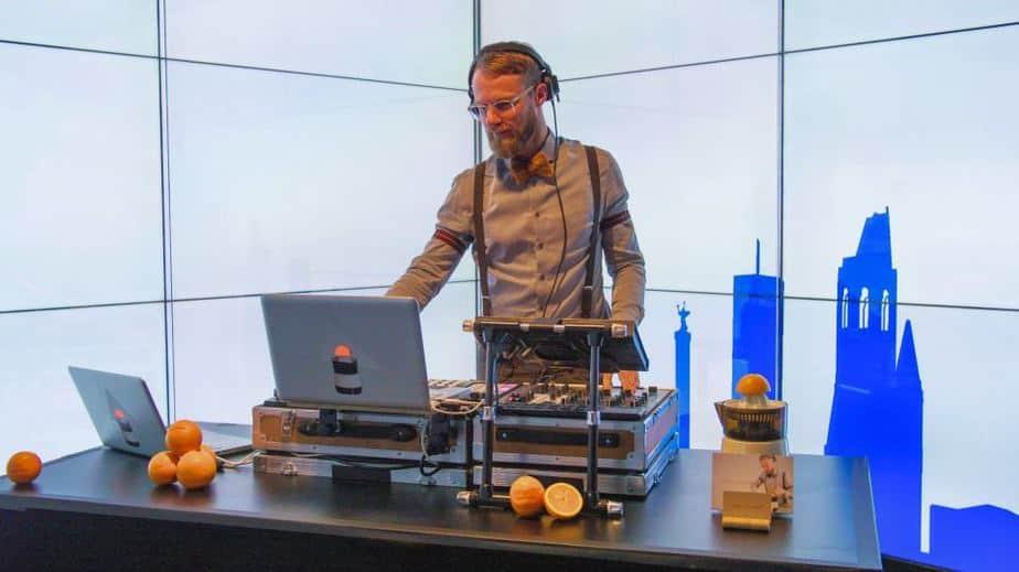 Kongress DJ Greg Oorange im Immersive Showroom