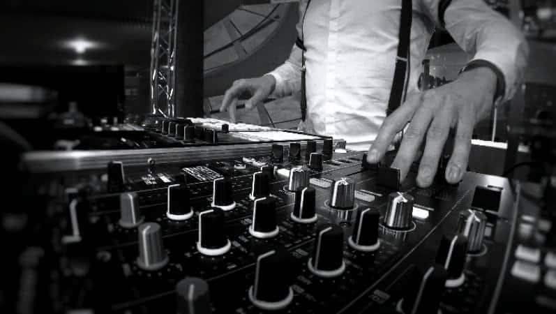 DJ Greg Oorange an den Decks
