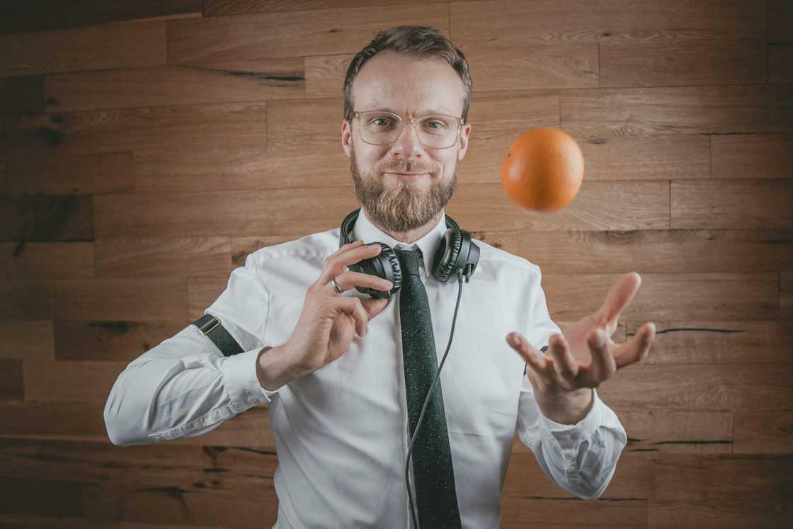Event DJ Berlin Greg Oorange Portrait vor einer Holzwand Mitte 2019