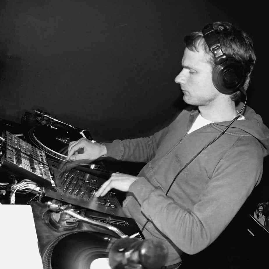 Dj Greg Oorange legt mit Plattenspielern und Timecode Vinyl auf